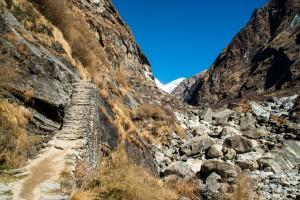 Paysage aride au sanctuaire des annapurnas