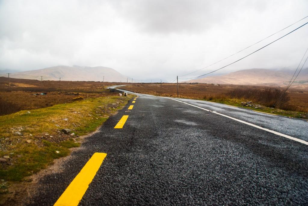 une route dans la région du Connemara
