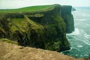 Une chemin escarpé au dessus des falaises