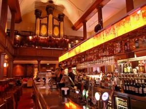 Un bar dans une église