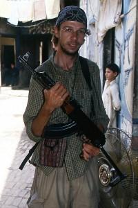 Un voyageur avec une mitraillette