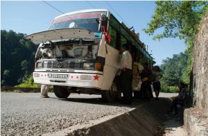 un bus en panne au Népal