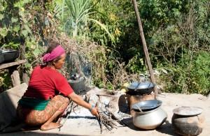 Une femme qui cuisine