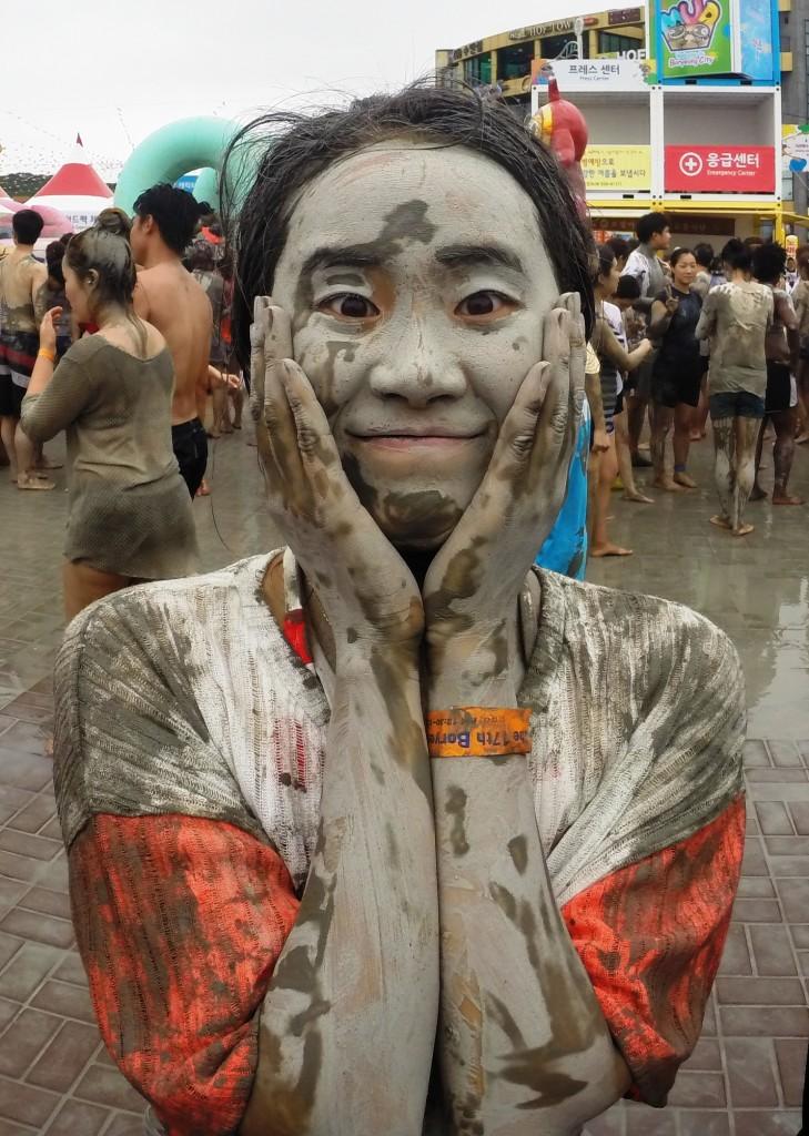 jeune coréenne plein de boue