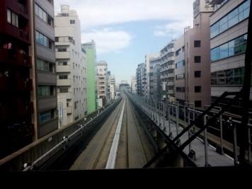 A tokyo aussi ils ont le metro sans chauffeur, et en plus, il va à l'exterieur !