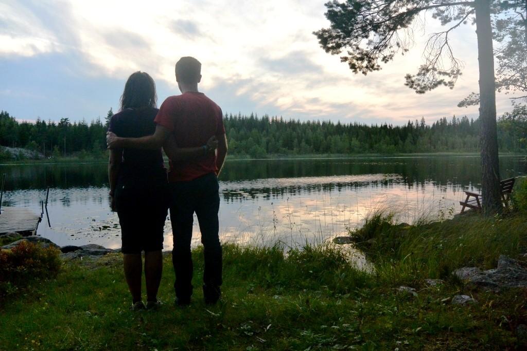 Amoureux au bord d'un lac